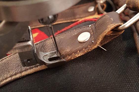 Réparation d'un sac à main avec une machine à coudre à aiguille